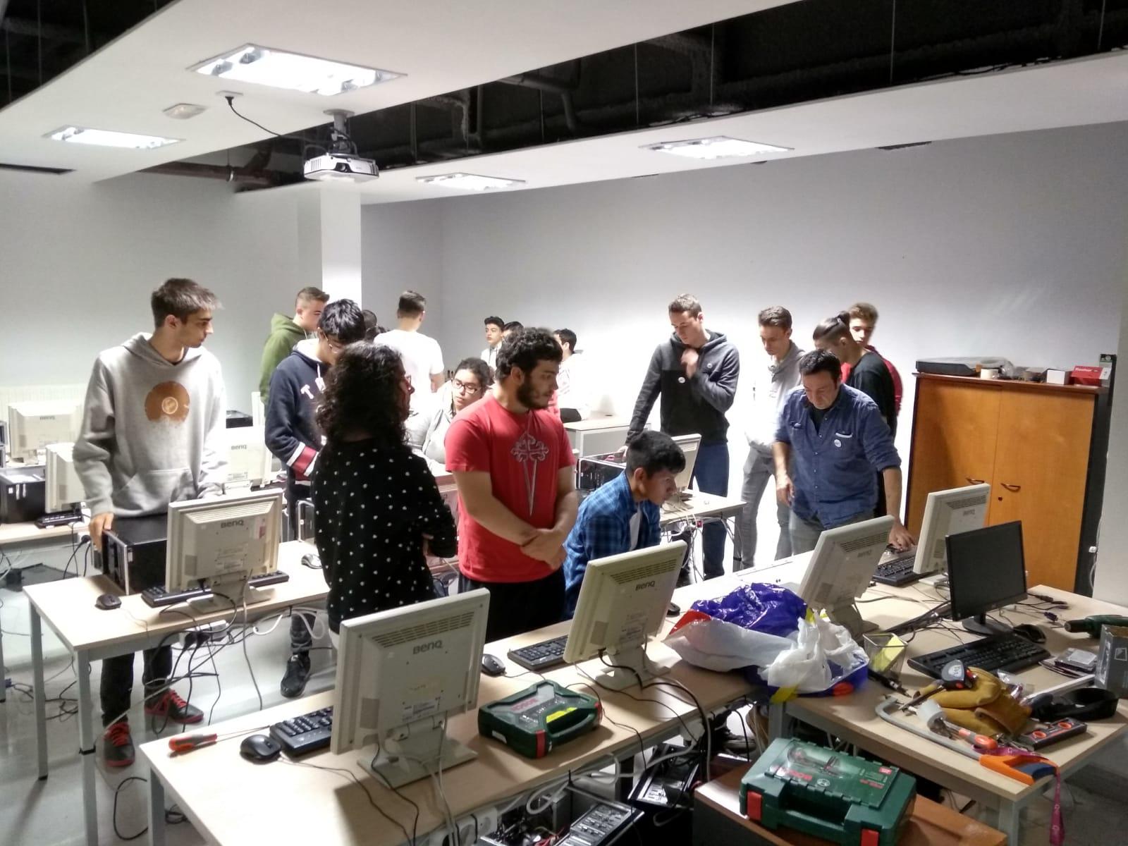 El alumnado del ciclo de informática ha preparado una nueva aula en Harrobia