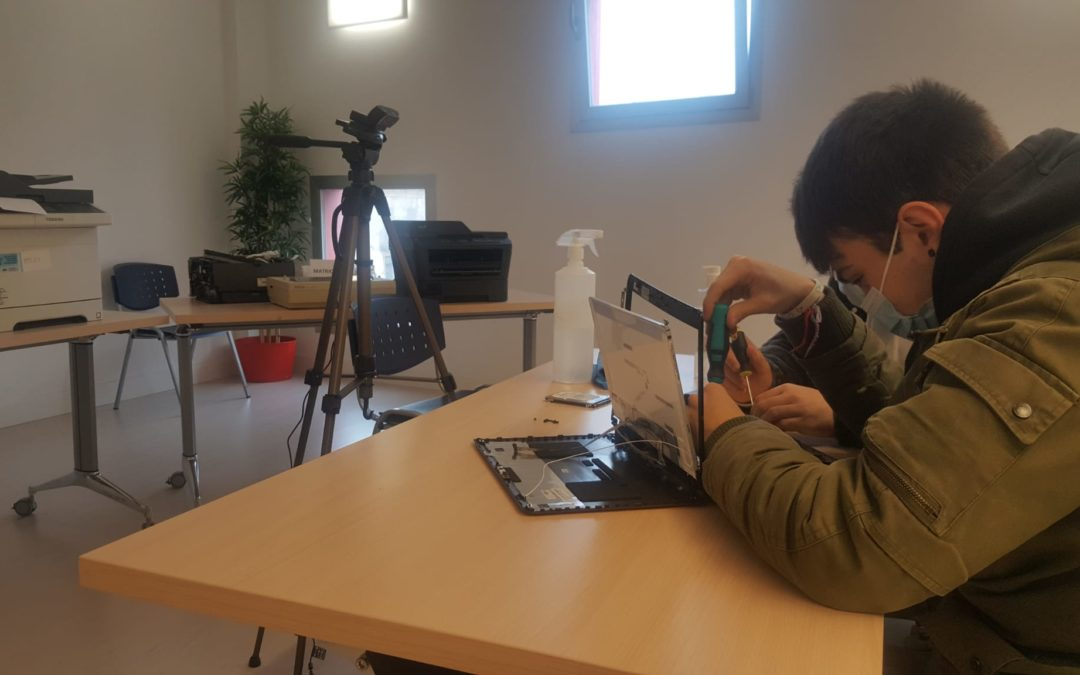 El alumnado de Informática haciendo prácticas de mantenimiento